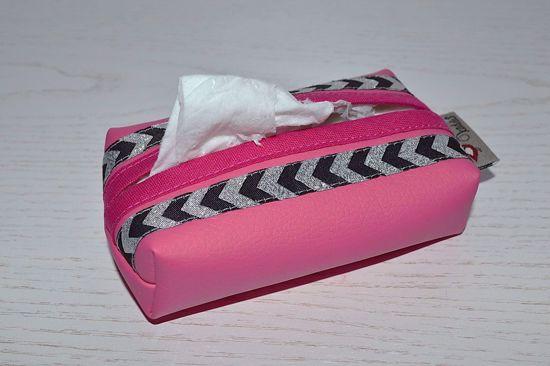 Bild von Taschentuchtascherl Kunstleder pink schwarz ZickZack
